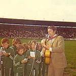 Sång på Söderstadion ledd av min far Tosse Bark